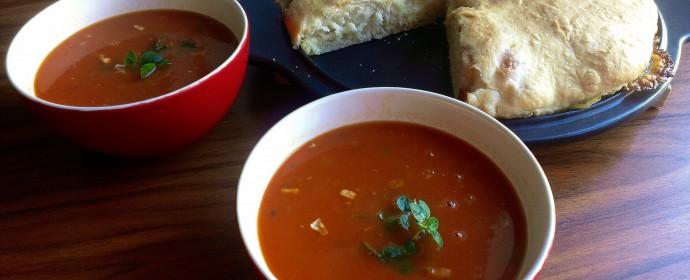 Rajčatová polévka s plněnou foccaciou