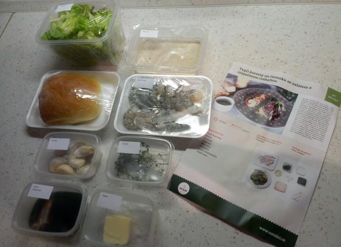 Tygří krevety na česneku se salátem a rozpečenou ciabattou