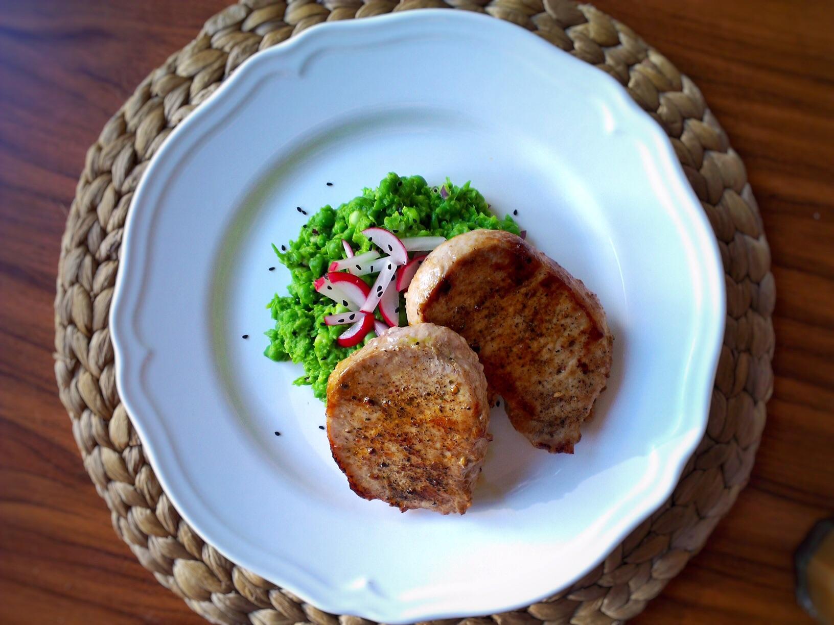 Šťouchaný jarní hrášek s grilovanou kotletou