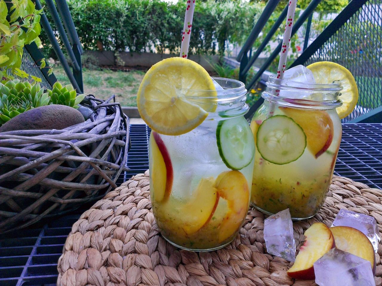 Okurkovo broskvová limonáda